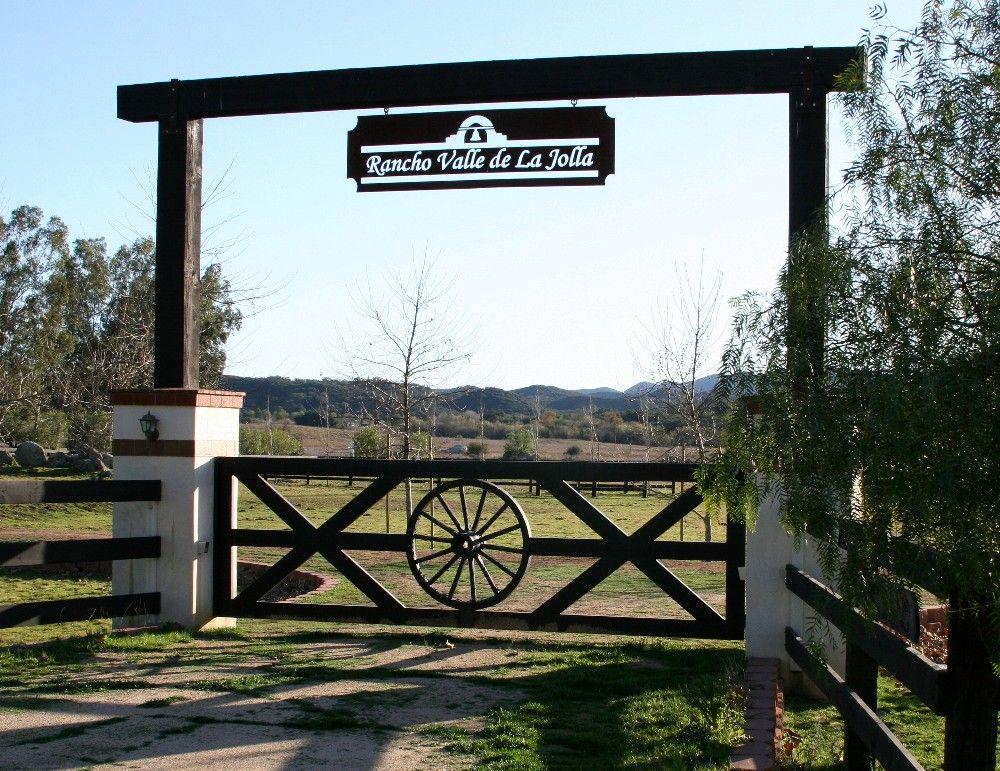 Minus the wagon wheel entry gate pond pinterest for Ranch entrances ideas