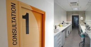 La clinique vétérinaire de la Pierre Bleue a été transférée dans un nouveau lieu – permettant une refonte de son architecture intérieure. Ce sont les notions de modernité et de sobriété qui dominent la création de MOBIL M pour cette clinique. Le béton brut, le métal, le noir et le gris habillent un espace très rationnel. Un touche d'orange vif apporte de la chaleur dans les lieux dédié au relationnel : boutique et cabinet de consultation.