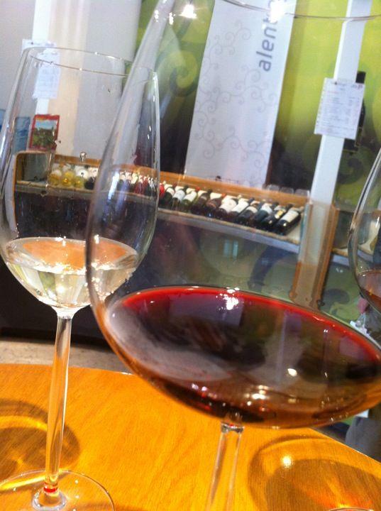 """Vini Portugal in Lisboa / """"Portugalin viinien tiedotusta edistävän Viniportugalin omat tilat löytyvät keskustan vierestä, kaupungin rannalla sijaitsevan kauppatorin (Terreiro do Paço) laidalta. Paikassa järjestetään kerran tunnissa viininmaistelutilaisuus, jossa maistatetaan muutama paikallinen viini, joita voi halutessaan kommentoida."""""""