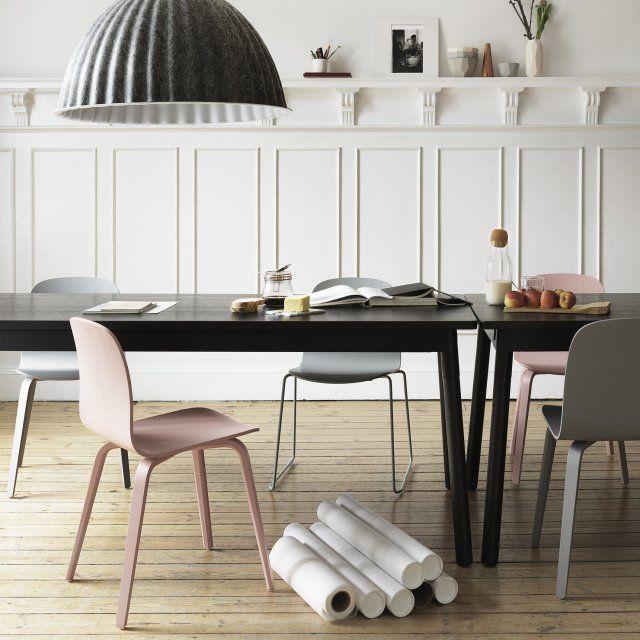 chaises vieux rose muuto la tendance est au melange des genres autour de la table de la salle a manger une excellente raison pour installer deux chaises