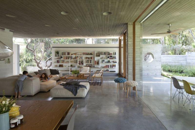Sichtbeton innen -wohnzimmer-modern-moebel-kinder-wandregal-holz
