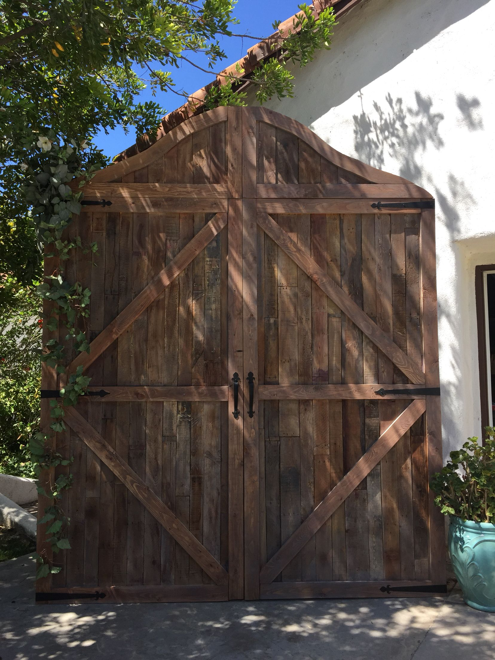 Diy Wedding Barn Door Backdrop Made From Pallets Wedding Project