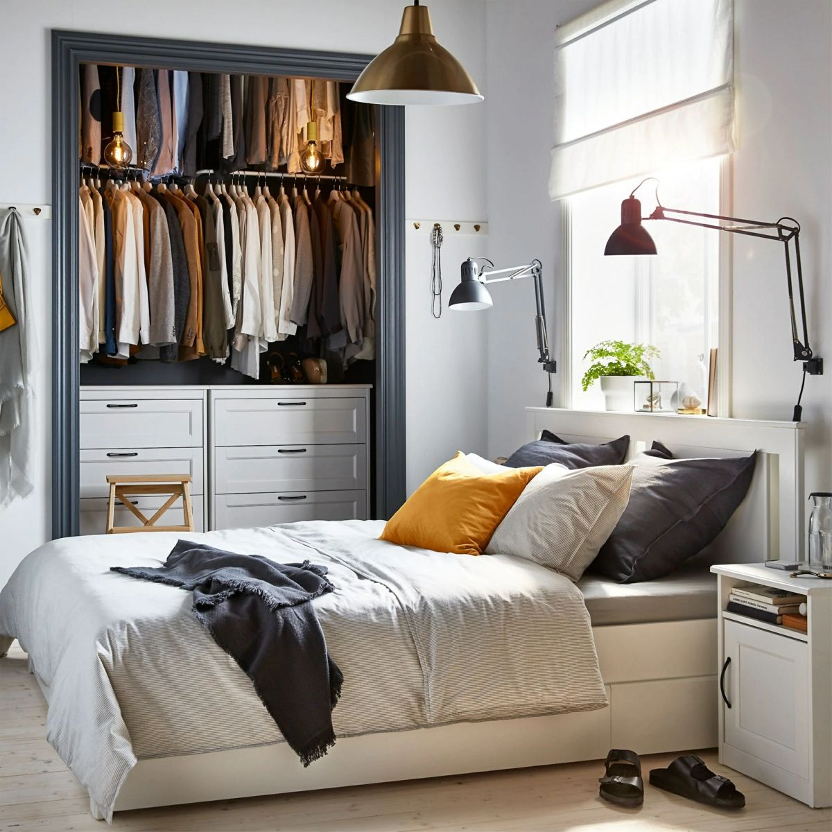 12 Qm Zimmer Einrichten Mit Mobeln Von Ikea In Weiss Und Begehbarem Kleiderschrank Zimmer Einrichten Ikea Schlafzimmer Weisses Bett