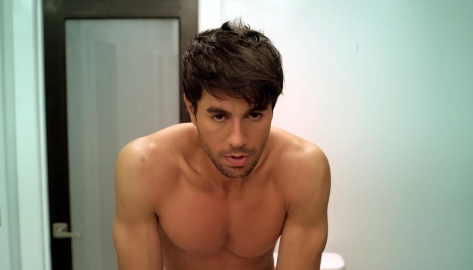SHIRTLESS SINGERS : Enrique Iglesias Shirtless Hot