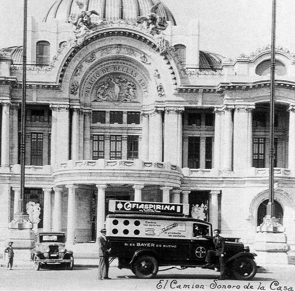 Un camión publicitario de la Cafiaspirina frente al Palacio de Bellas Artes a finales de los años treinta