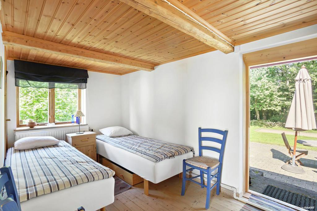 Sovrum med utgång till trädgården