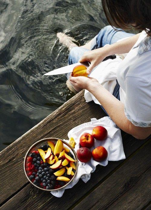 Die Füße baumeln im Wasser, als Snack gibt's frisches Obst - perfekt!
