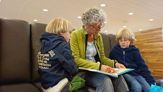 Foto de abuela leyendo a sus nietos