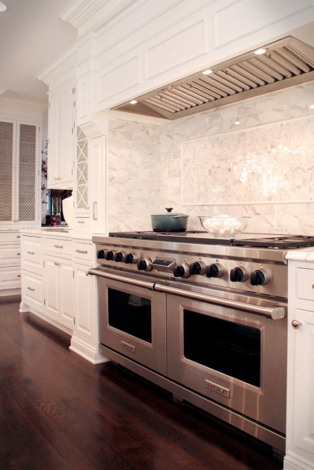 I like the subtle vent hood in this design kitchen - Cocinas wolf ...