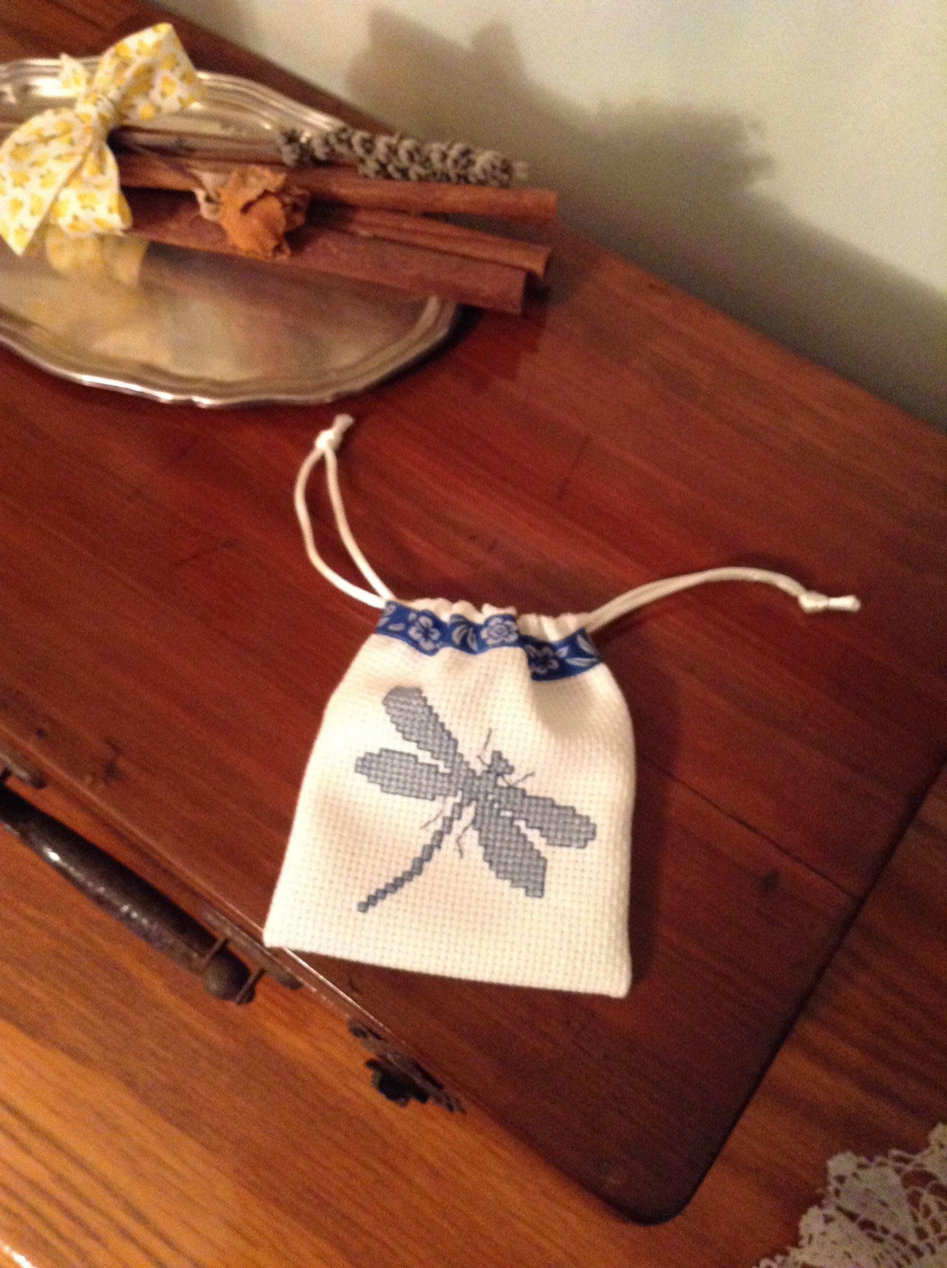 Bosseta amb libèlula a punt de creu