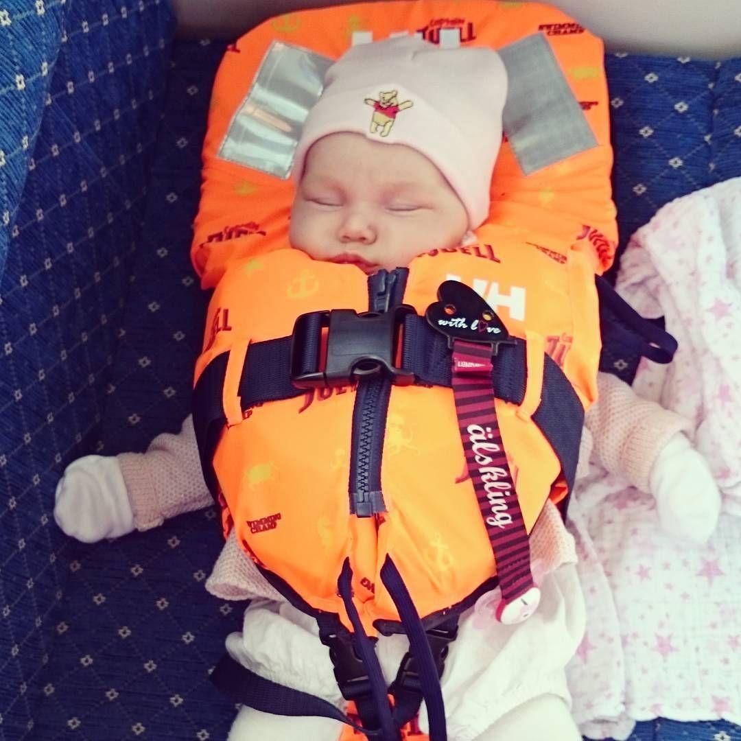 I båten sover man så gott  #vårälskling #hellyhansen #nallepuhmössa