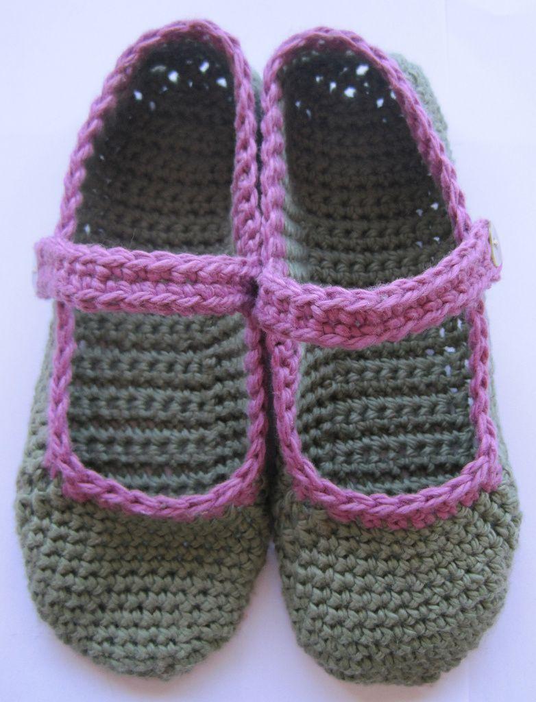 Free pattern for crocheted Mary-Jane slippers | Häkelmuster, Häckeln ...