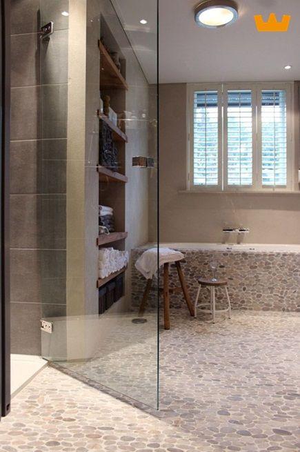 Landelijke badkamer met Kiezel mozaïek - www.witzand.nl | Decor ...