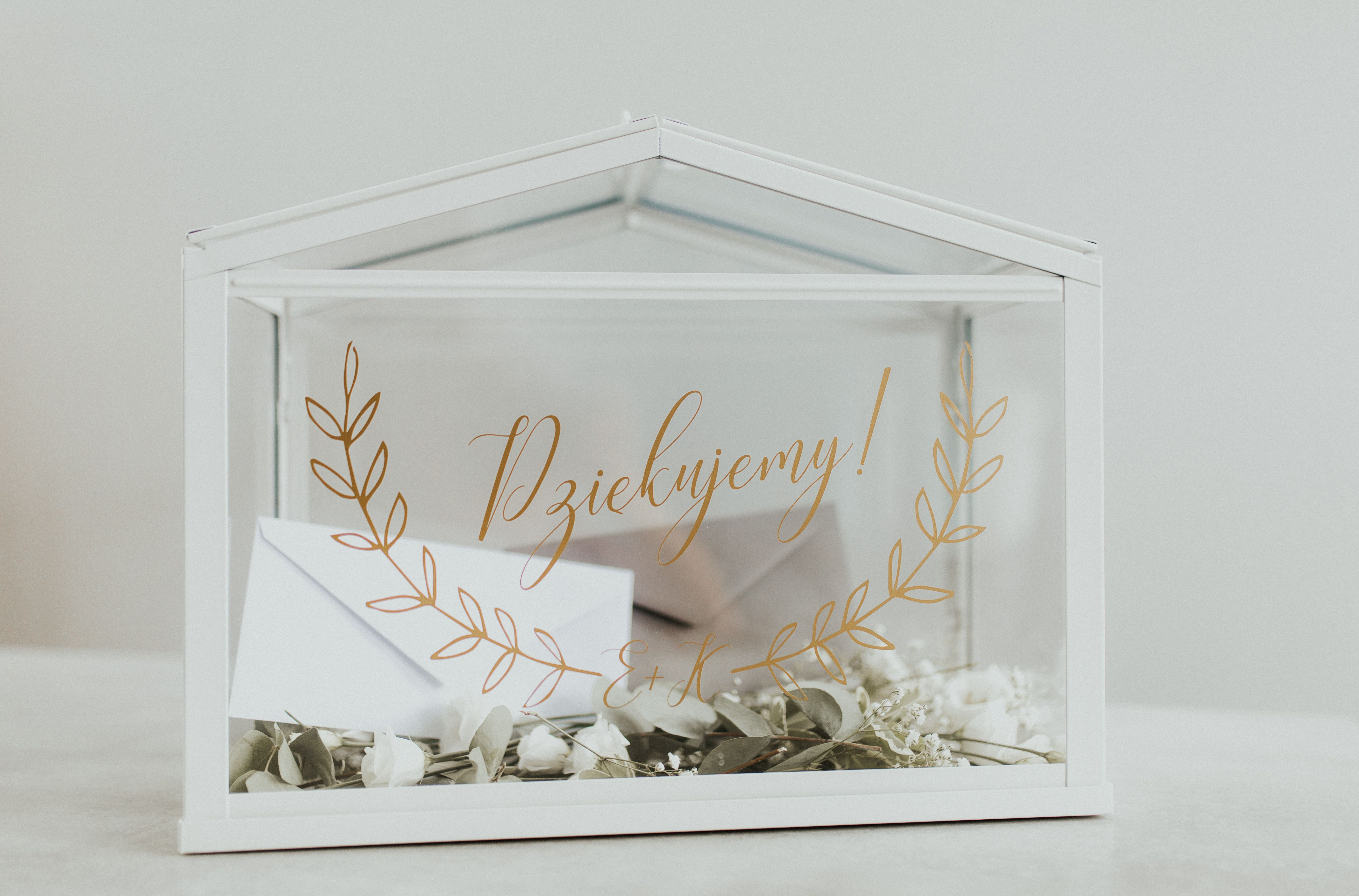 Jednym Z Transparentnych Niedrogich I Latwo Dostepnych Dodatkow Jest Szklarnia Ikea Kilka Subtelnych D Card Box Wedding Wedding Card Diy Card Box Wedding Diy