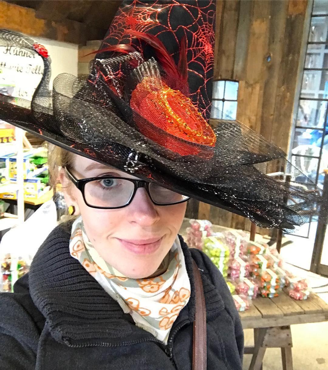 Gruselig wird es heute auf dem Blog. Dort berichte ich über unseren Besuch bei @karls1921. Im Erdbeerland ist derzeit #Halloween im #horroctober. Heute ab 17.30 Uhr ist das große Fest. Mehr im Blog. :) #karls #erdbeerland #erlebnishof #hexe #kostüm #Deko #mamablogger #Berlin #elstal