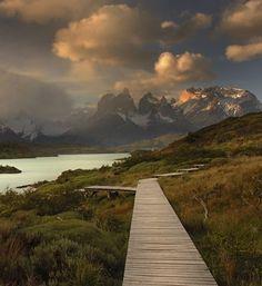 Čile, nacionalni park Torres del Paine. Minibusevima se posle par sati stiže do parka. Ulaz se plaća oko 20 američkih dolara i ulaznica važi par dana. Treba nekoliko dana da se obiđu najzanimljivija mesta, a možda i čitavih mesec dana da se sagleda u svojoj veličini. Najefikasnije je boraviti u samom parku više dana. Može se prespavati u kampovima i planinarskim domovima. Krećući se parkom kružnom putanjom, peške, jašući, čamcima i minibusevima, može se skoro sve zanimljivo obići za sedam…