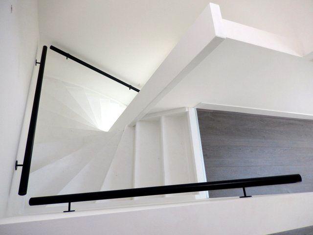 Wit houten trap met zwarte leuning st50 woonkamer for Trap hout wit