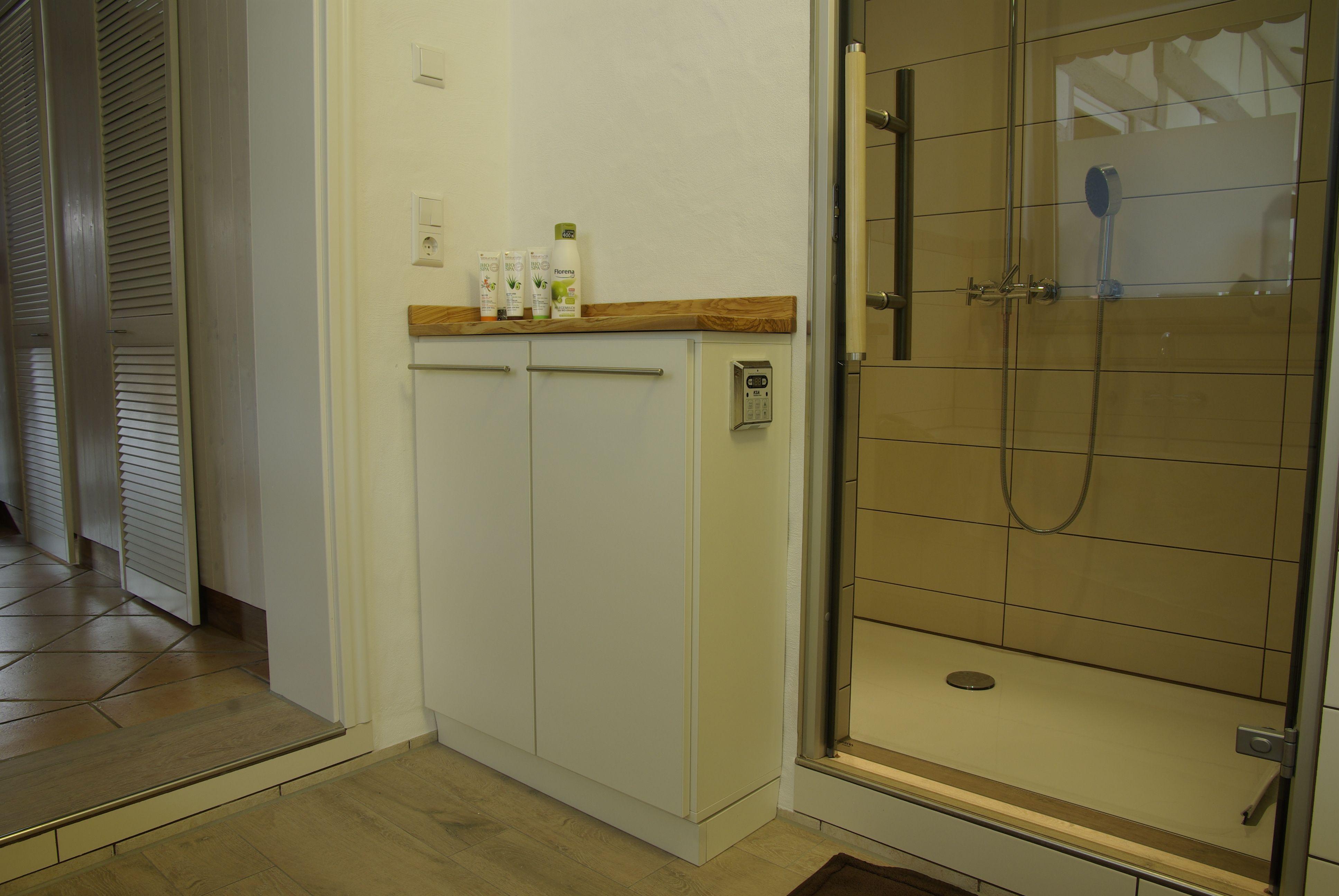 badezimmerschrank nach maß als praktisches staumöbel in der nische