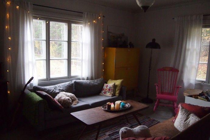 Siellä se taas kurkkii, sohvapöytä. Ihanat valoverhot myös!