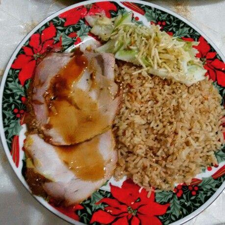 Lomo de cerdo asado, arroz negro y ensalada de papas en fosforito y lechuga con salsa tártara.
