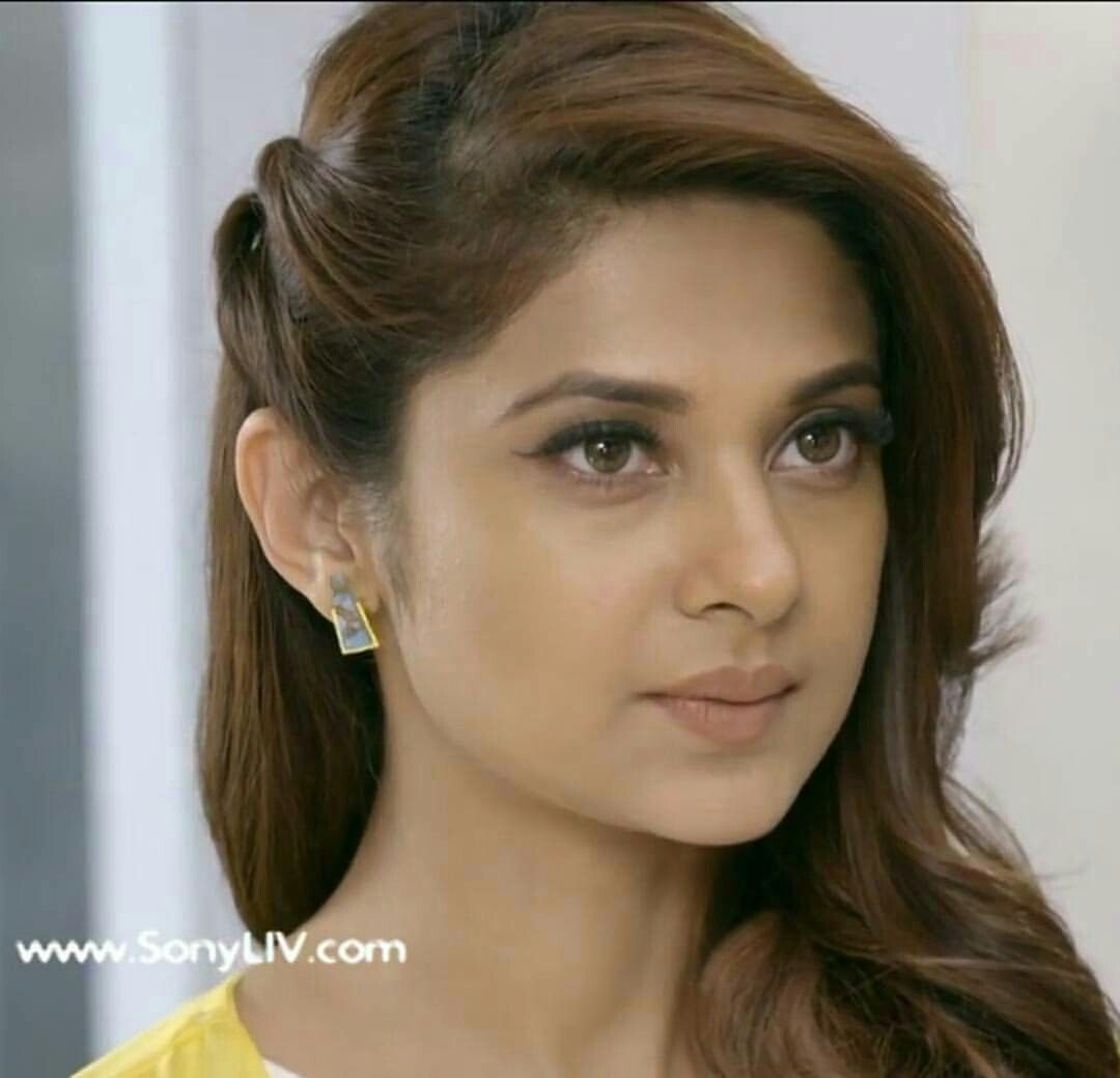 Queen S World Jenifer Winget Cute Expression Queen Fav Front Hair Styles Long Hair Styles Easy Hairstyles For Long Hair