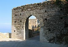 Savoca ( Sicilia ):  i Normanni cinsero la città di Savoca con un'ampia cinta muraria . Di queste fortificazioni difensive, è ormai visibile soltanto la porta del quartiere San Michele. Si presenta come un arco a sesto acuto in pietra arenaria, risalente al XII secolo.
