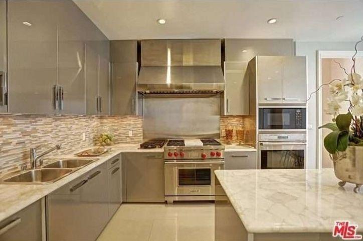 Yolanda Foster Trades Her Malibu Mansion For A Condo With Ridiculous Closet Space Yolanda Foster Home Yolanda Foster Condo Kitchen
