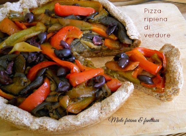 Pizza di farina integrale ripiena di verdure
