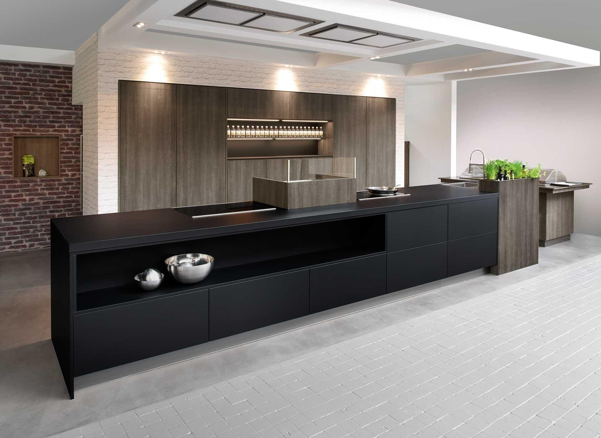moderne keuken met langwerpig kookeiland deze keuken bevat verschillende designelementen die
