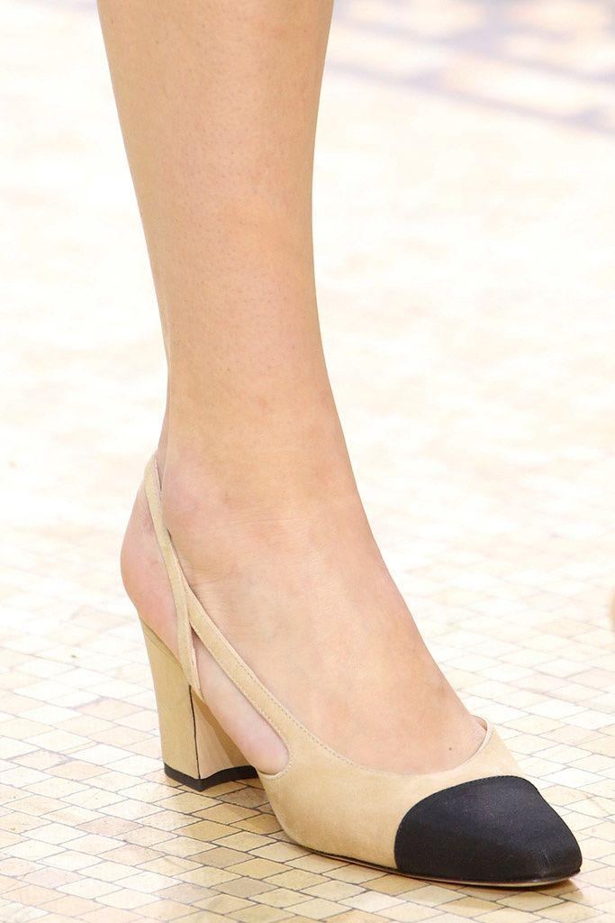 80e3e780 Solo mio, zapatos de tacón medio color cámel y punta negra, Chanel ...
