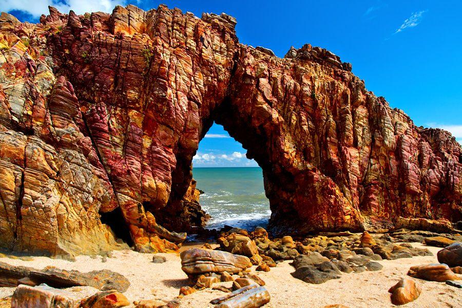 Considerado um dos principais cartões postais da cidade, A Pedra Furada é um imenso arco de pedra esculpido pela ação das ondas. Fortaleza/ CE