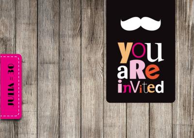 Trendy Einladung zur Geburtstagsparty mit Holz und Labels in
