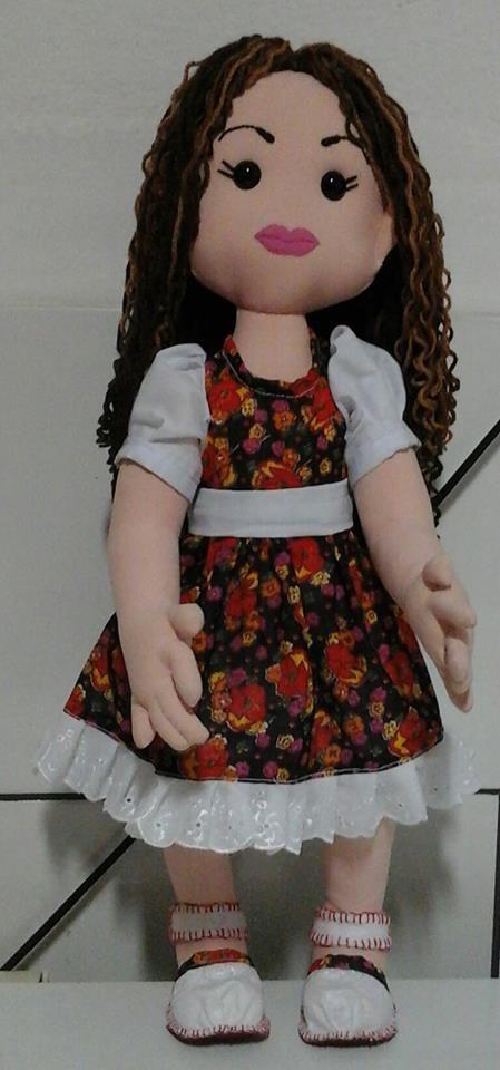 boneca articulada com 55 cm de altura, cabelos encaracolados