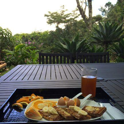 Huevitos pasados por agua, tostadas con mantequilla, tostadas con mantequilla de almendras y banano, naranja valenciana fresca
