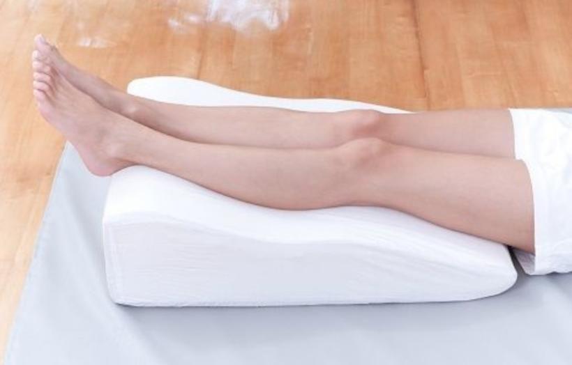o que poderia causar dor constante nas pernas