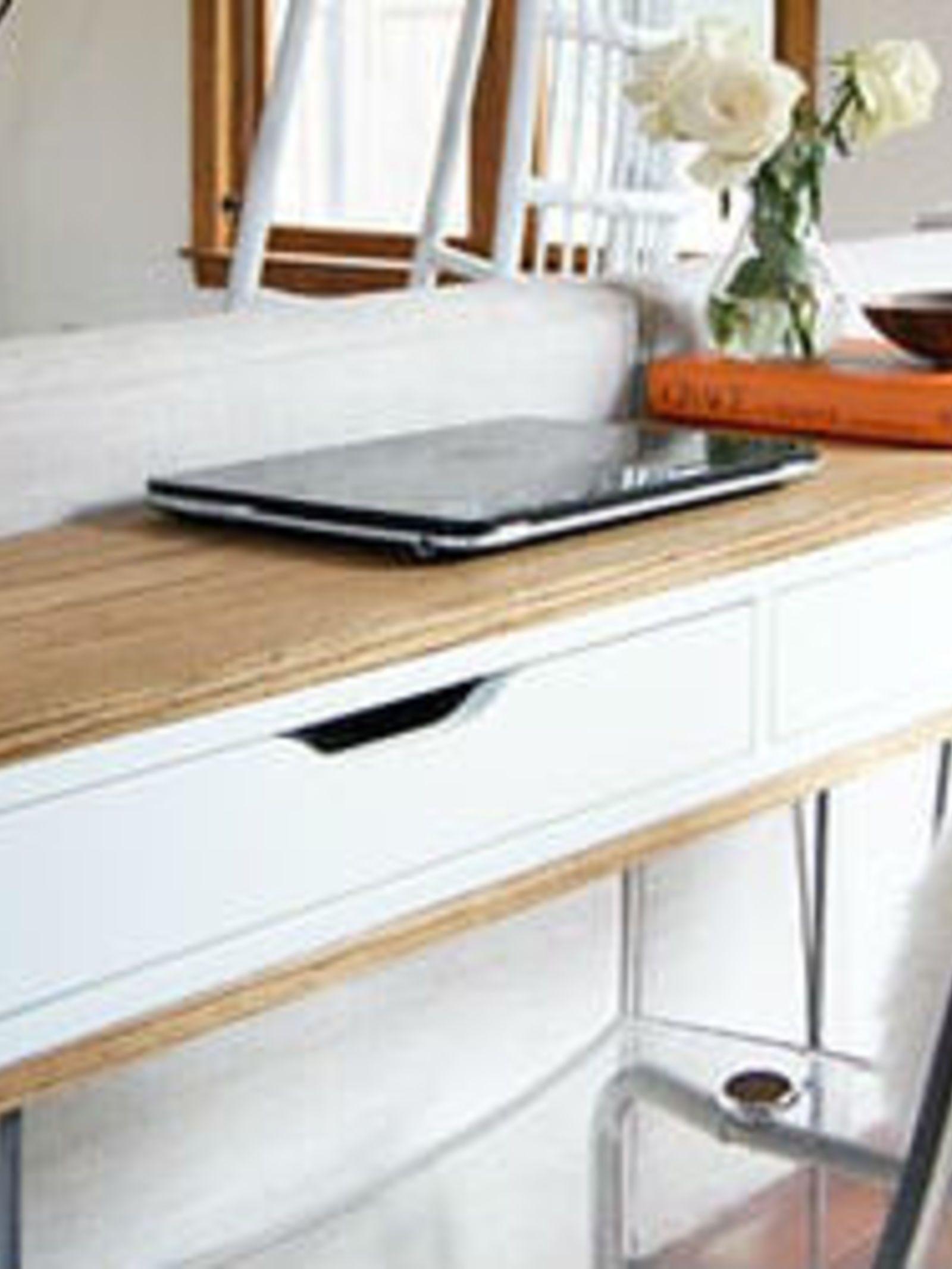 ikea hack van wandplank tot retro bureau renovatie kamer keuken retro desk desk en laptop desk. Black Bedroom Furniture Sets. Home Design Ideas