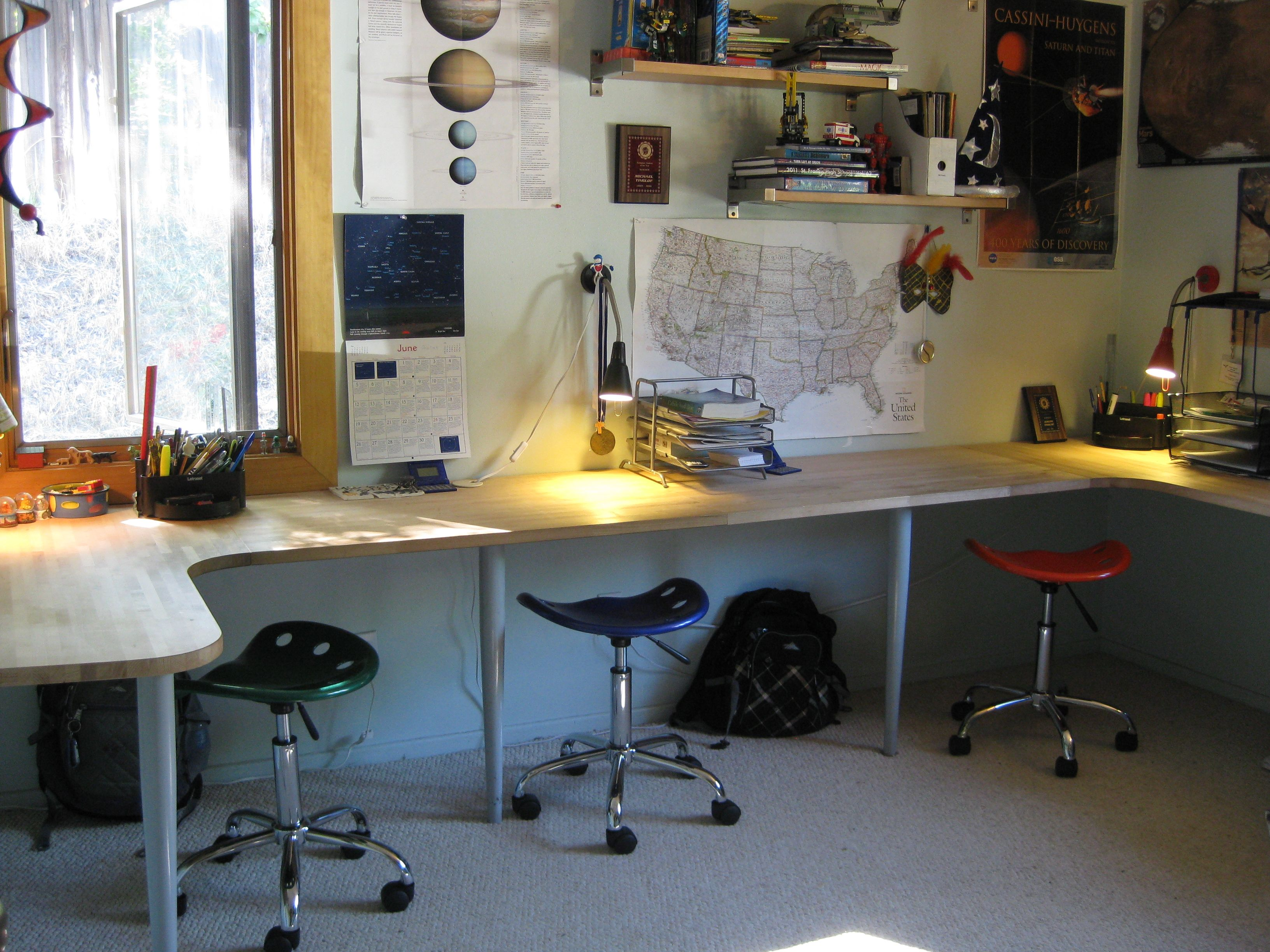 Teenage Desk design and space: tips for organizing your teen twins' bedroom