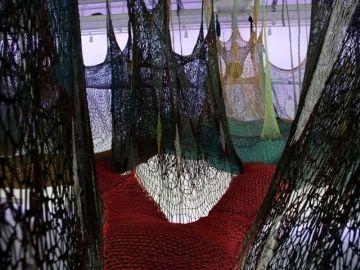 O Bicho SusPenso na PaisaGen, 2011 Crochê de corda de polipropileno, bolas de polipropileno e pedras 7.35 x 44.65 x 21.45 m