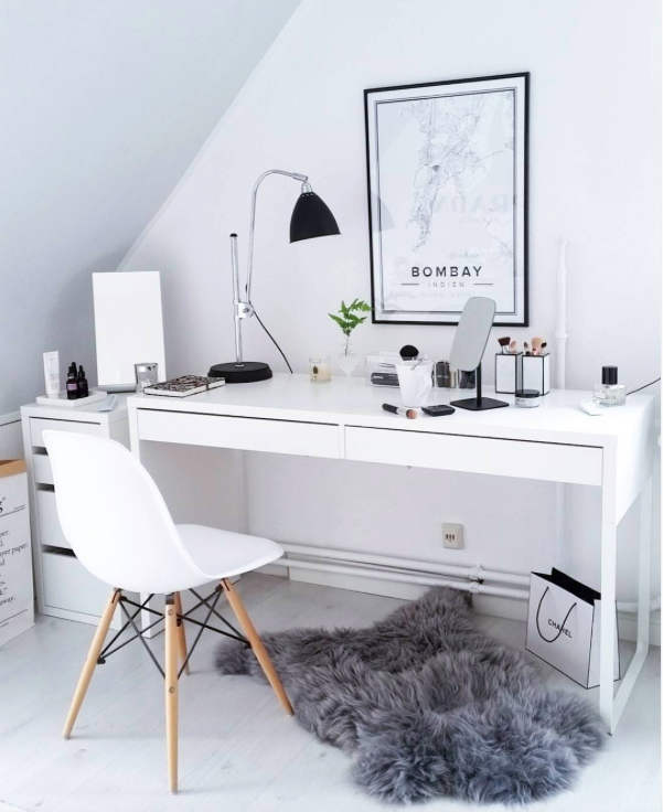 Mesa Com Gavetas Curtas Sem Muita Coisa Em Cima E Varios Gaveteiros Home Decor Bedroom Design Home