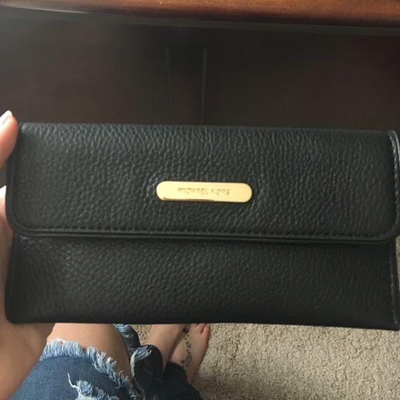 ONE HOUR SALE❗️MK wallet • in great condition • no trades • 100% authentic! • cheaper on merc MICHAEL Michael Kors Bags Wallets