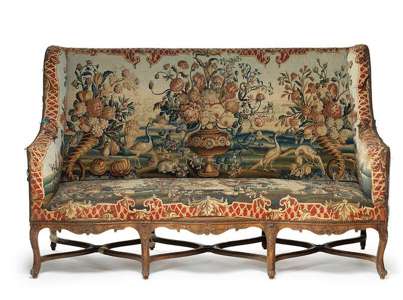 Mobilier de salon comprenant quatre fauteuils et un canapé, France ...