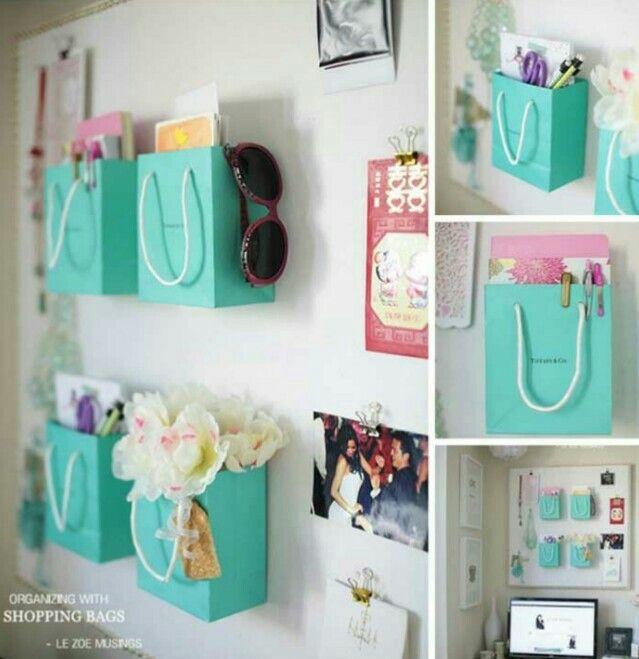 Pegar las bolsas que nos dan en el almacén  en la pares resulta en ocasiones muy practico.
