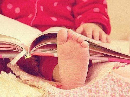 Unos pies entrando al fantástico mundo de los libros.