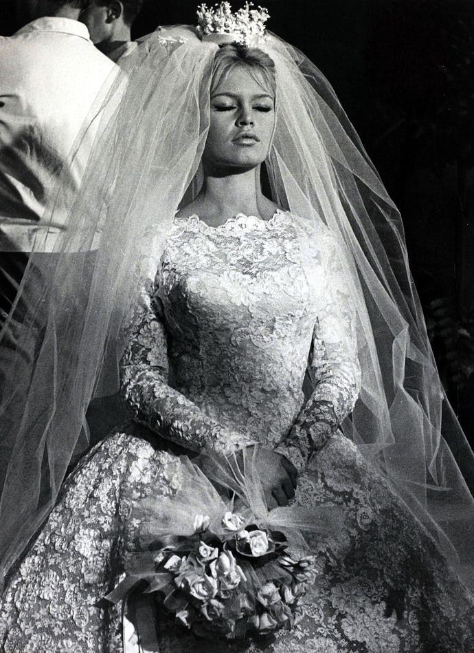 """1959 год. Французская киноактриса Брижит Бардо, главная красавица своего времени, предстает в образе невесты в фильме """"Потанцуете со мной?"""". На съемочной площадке она встретит одного из главных мужчин своей жизни певца Сержа Гинзбура, с которым переживет блистательную историю любви. Самый первый свой брак с режиссером Роже Вадимом Бардо заключила, когда ей было всего 18 лет."""
