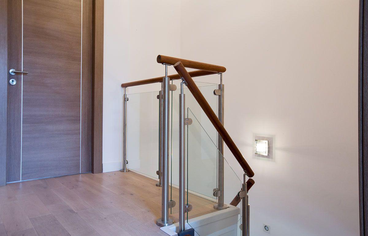 Passion Bois avec garde-corps d'étage en bois et verre. réalisation par passion bois à