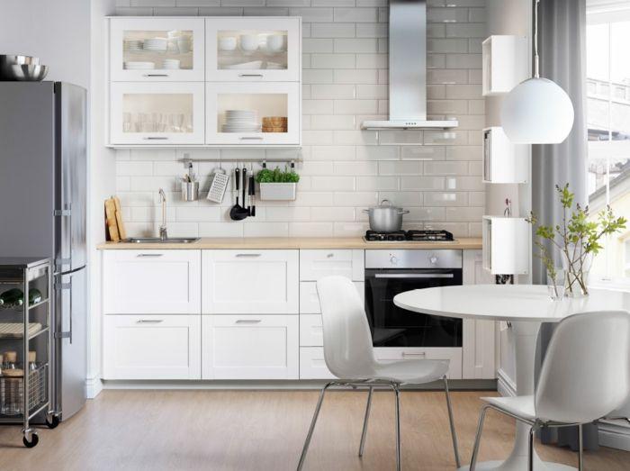 cocina-blanca-cocina-pequeña-pared-ladrillo-blanco-encimera-madera