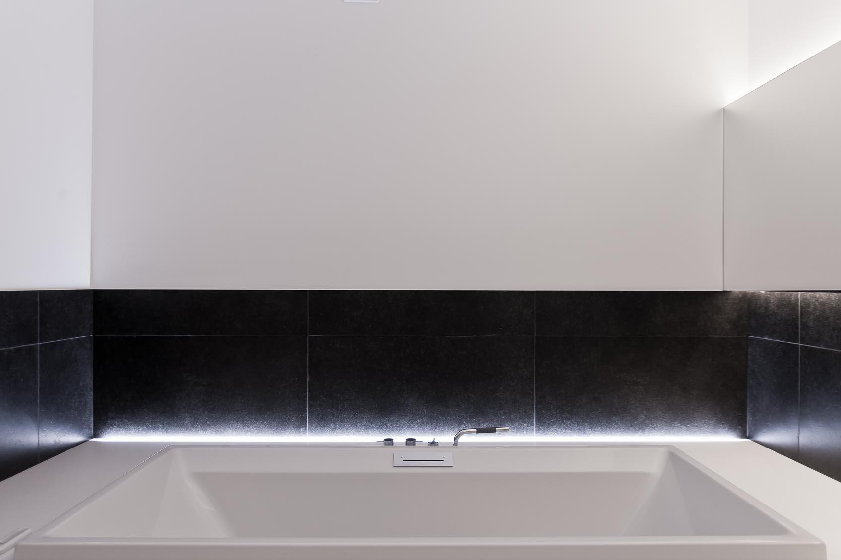 Led Verlichting Badkamer : Rgb led verlichting indirect ingewerkt in badkamer