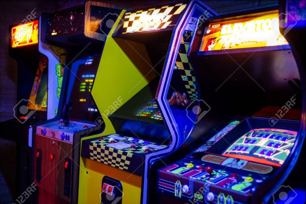 行の古いアーケードのビデオゲームつやのある暗いゲーム ルームで表示で ゲームルーム アーケード ゲーム