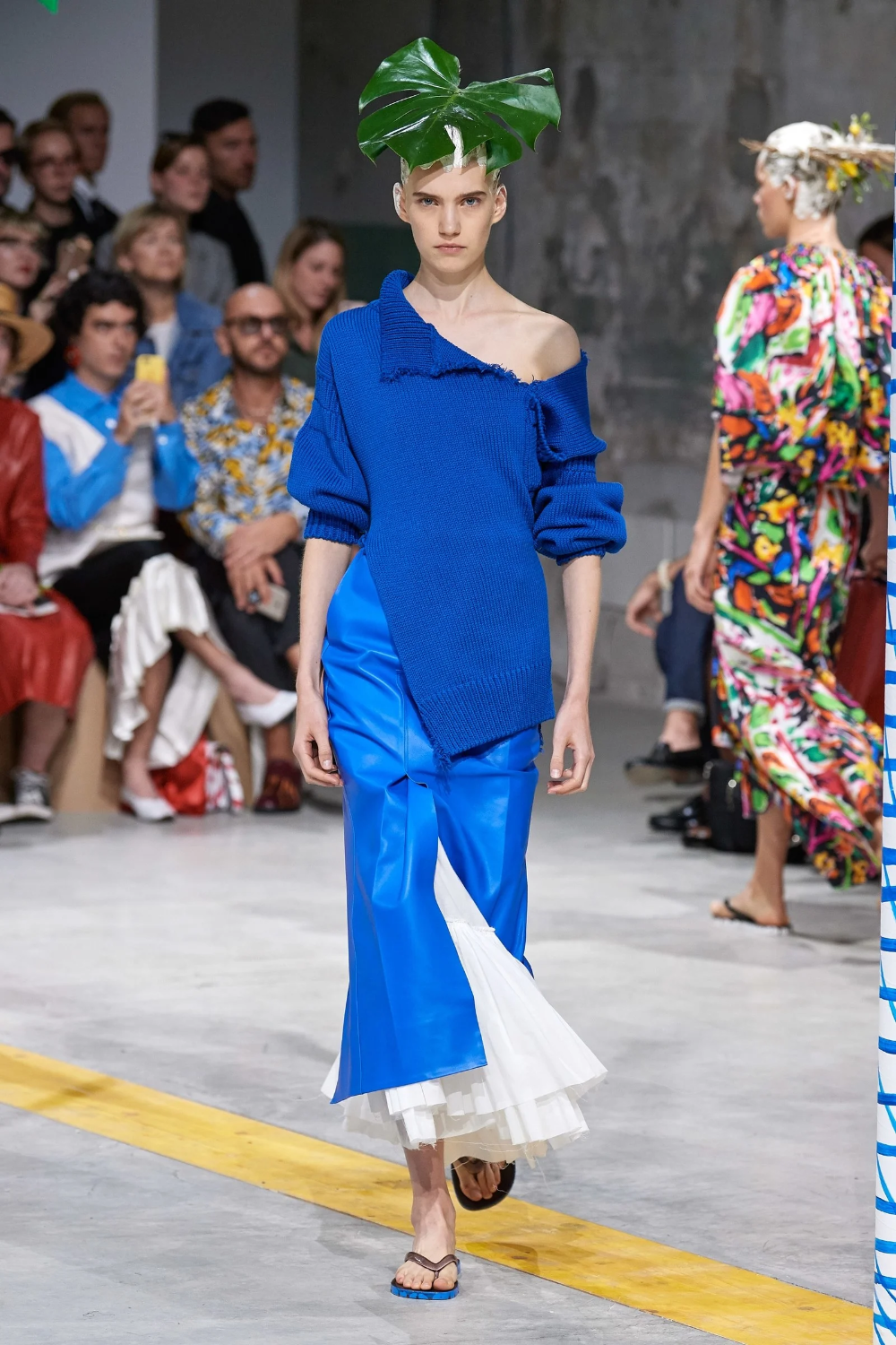 17 Ways To Wear Classic Blue Pantone S Color Of The Year Fashion Ready To Wear Fashion Show