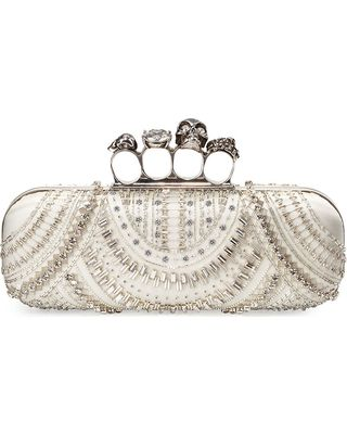 alexander-mcqueen-scallop-beaded-skull-knuckle-duster-box-clutch-bag-white (320×400)